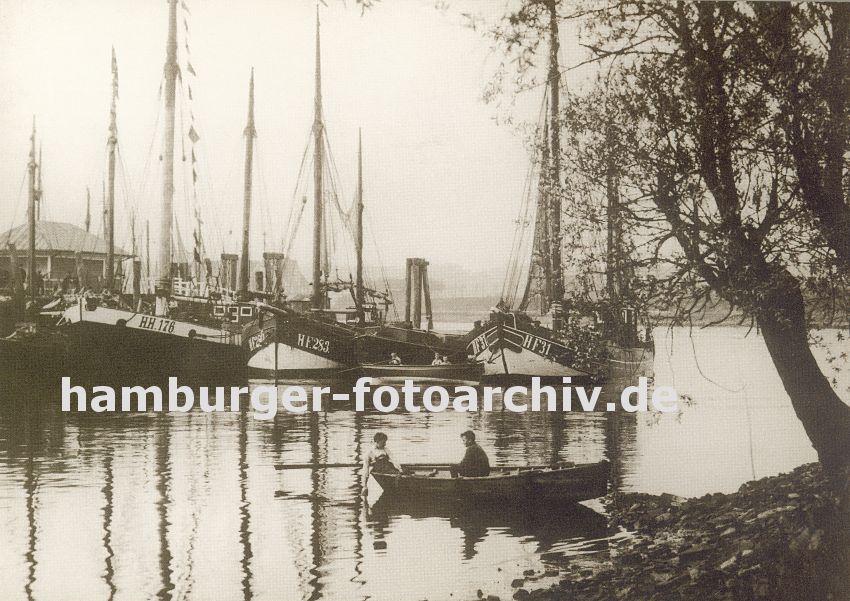 historisches bild vom hafen hamburg finkenwerder foto fischkutter finkenwaerder ruderboot. Black Bedroom Furniture Sets. Home Design Ideas